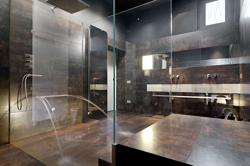 Donkere badkamer met glazen wanden